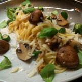 Těstoviny se smetanou, žampiony, ořechy a sýrem