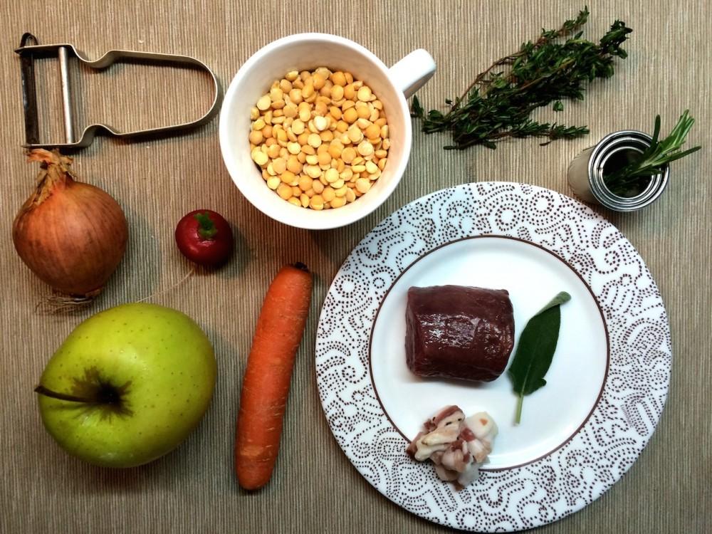 Pečený srnčí hřbet, žlutý hrách s pancettou, marinovaná zelenina a jablko