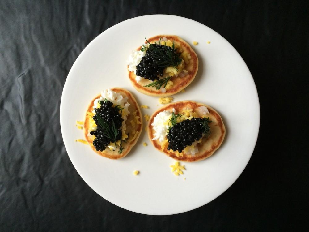 Kaviár z jesetera sibiřského a domácí bliny