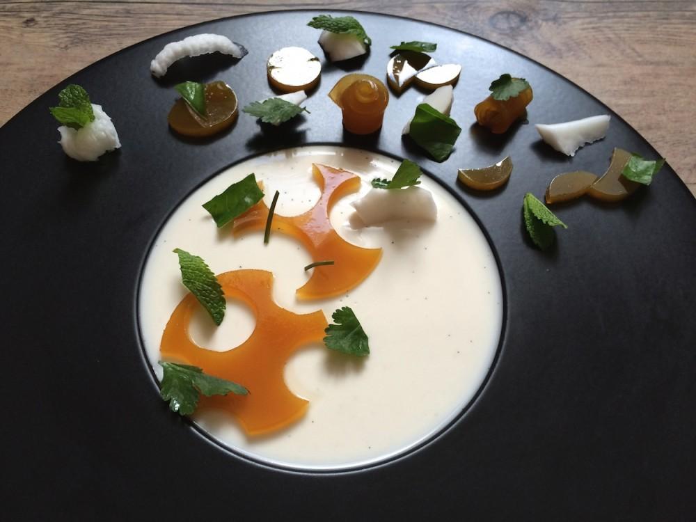 Kokosová panna cotta svanilkou, ananasové želé, čerstvý kokos a trio bylinek