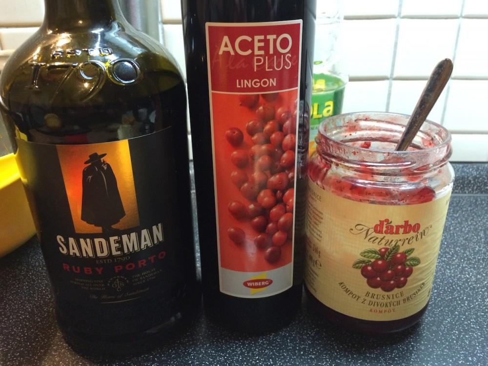 Srnčí hřbet, šťouchané brambory scibulí a omáčka zportského vína sbrusinkami