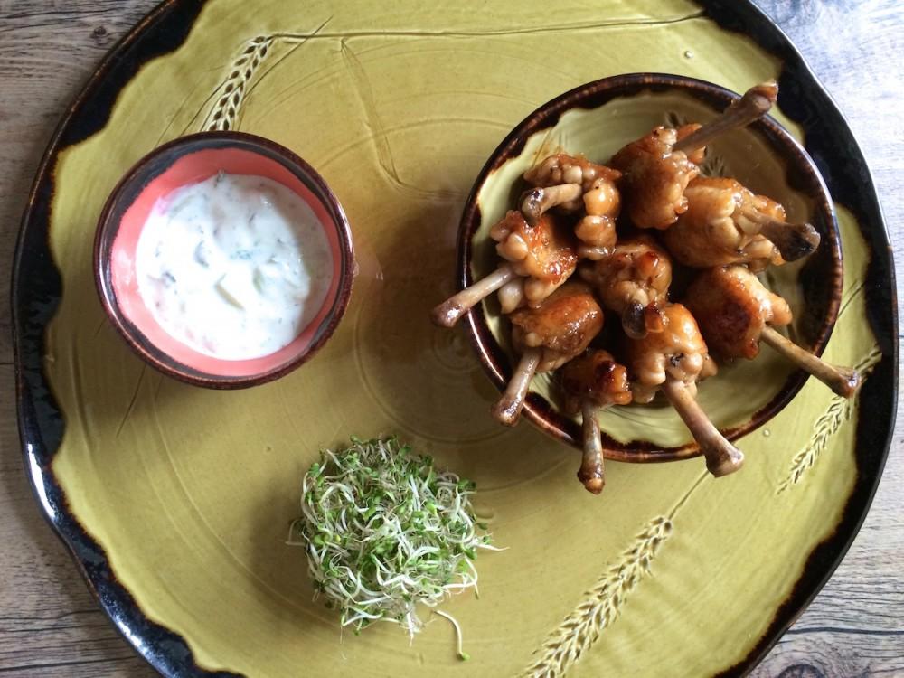 Kuřecí křidýlka s medem, okurkovým jogurtem a chilli