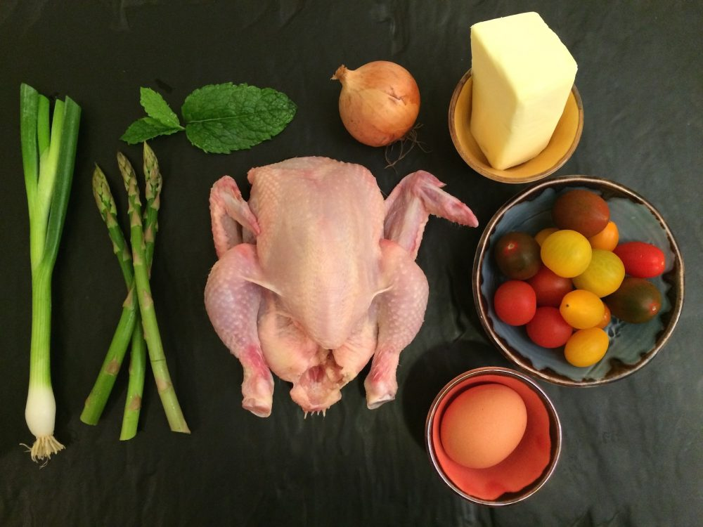 Baby kuře pečené na kosti, chřest, cherry rajčátka a holandská omáčka smátou