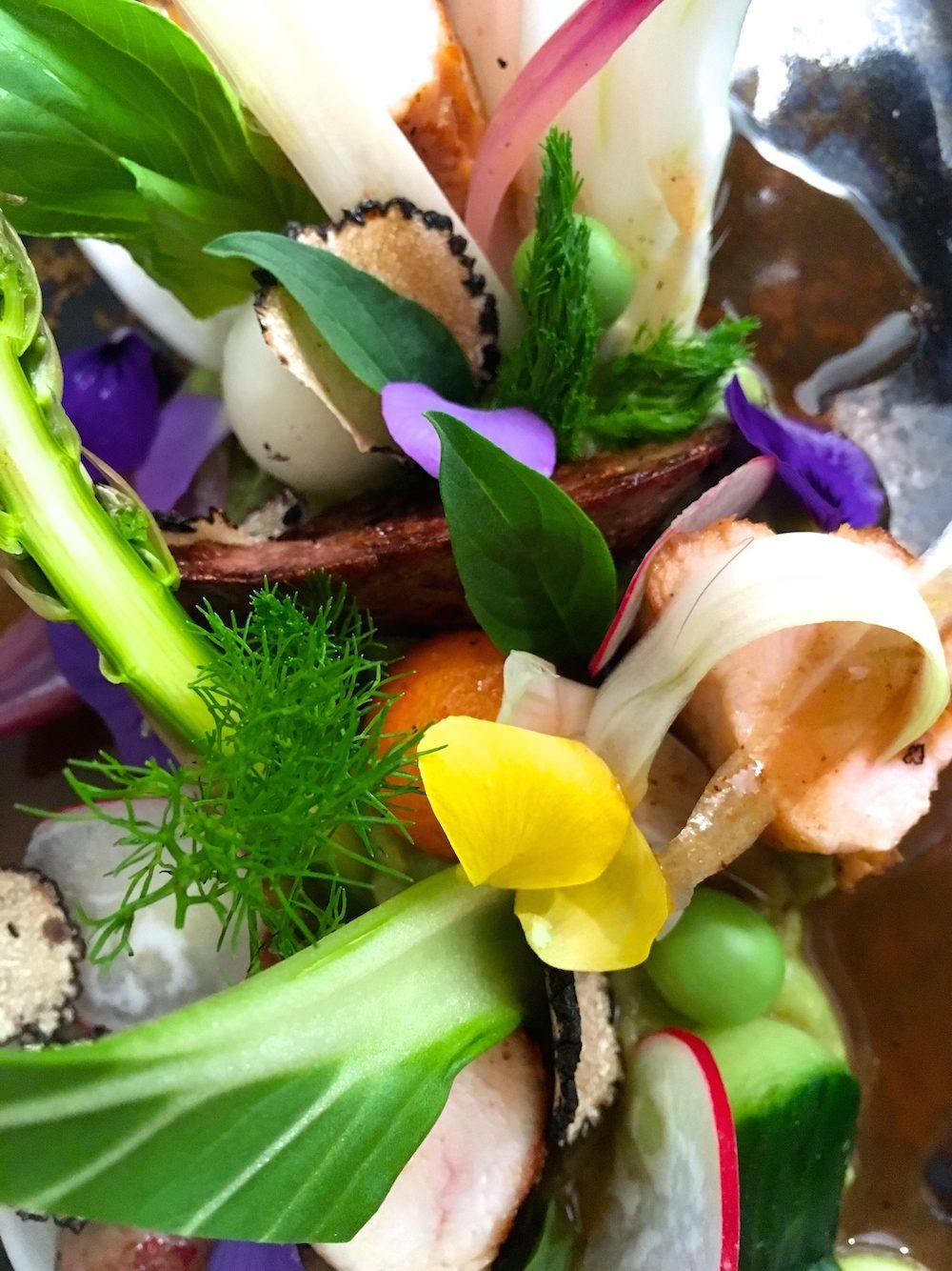 Farmářský králík slanýži a jarní zeleninou