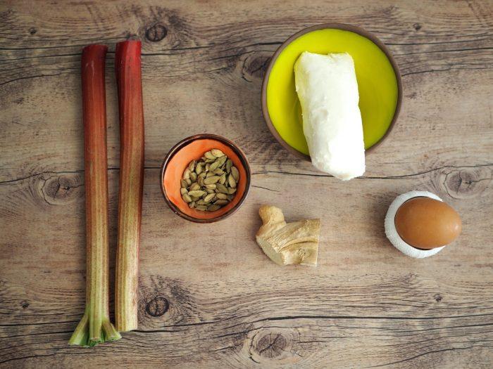 Rebarbora s kardamomem, ovčí brynza a zázvorová sušenka