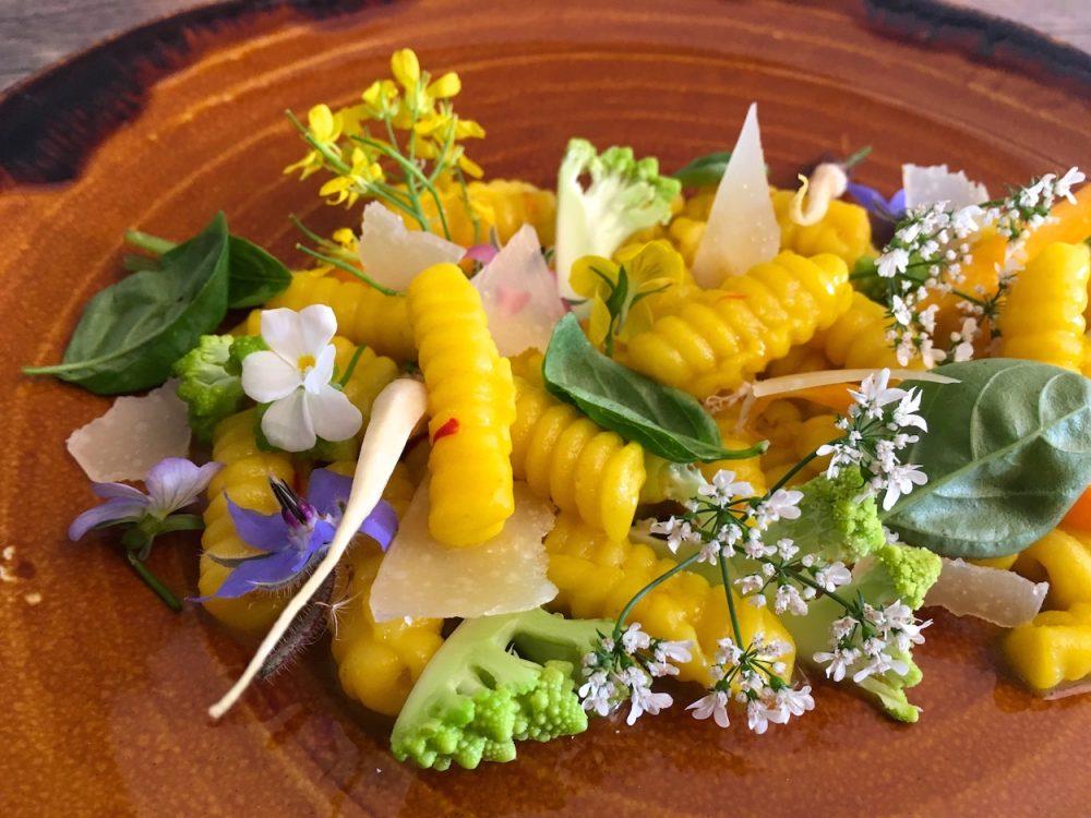 Malloreddus se šafránem, parmezánem a jedlými květy