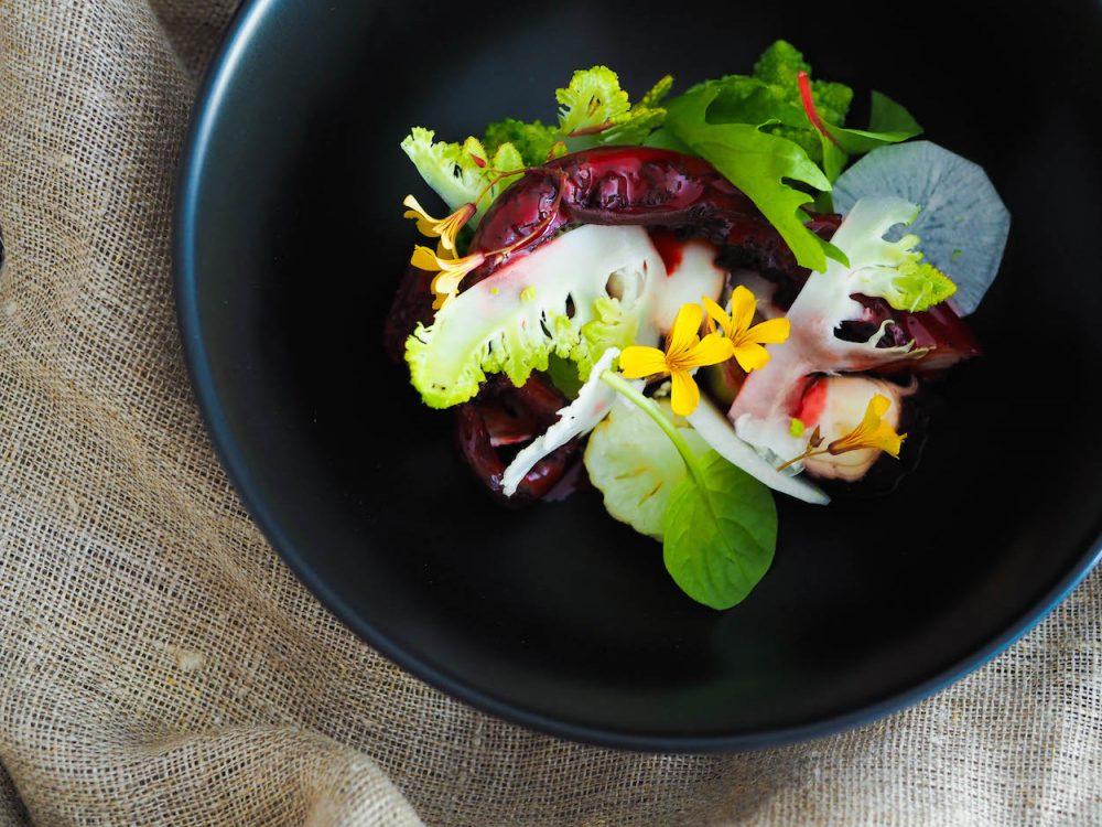 Kalmar peruánský somáčkou zčervené řepy, brokolice a květák
