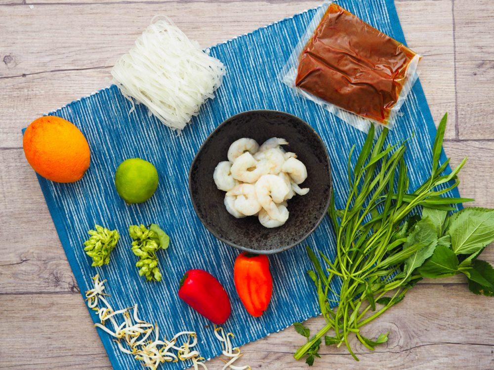 Rýžové nudle s krevetami, pomerančový kari dresink