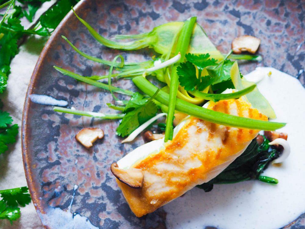 Pečený halibut, podmáslí, asijská zelenina a shitake