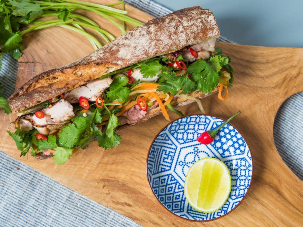 Vietnamská bageta sjátrovou paštikou, marinovaným kuřetem a chilli