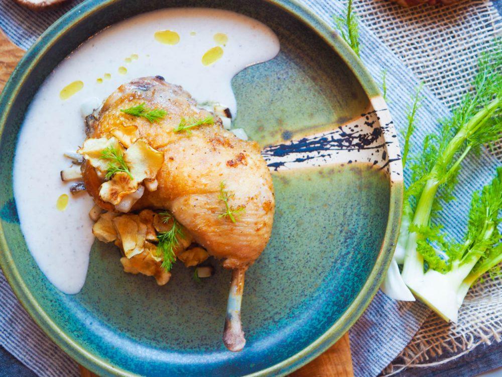 Kuřecí stehno sous vide, krém ztopinamburů, houby shitake a lanýžový olej