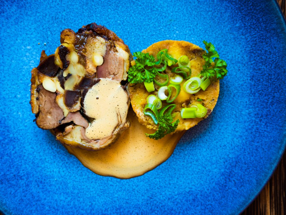 Kachní roláda se švestkami a mandlemi, šťouchané brambory