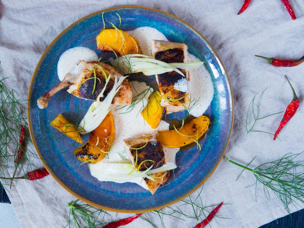 Kuře s broskví: pálené kuřecí prso sous vide, karamelizované broskve, fenykl a omáčka z Lučiny
