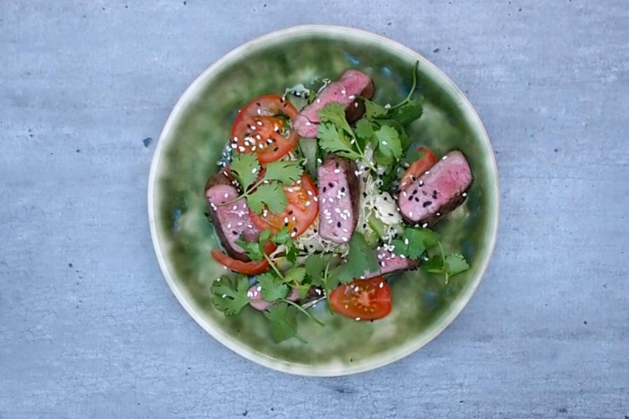 Asijský salát s marinovanou srnčí kýtou, sezamem a pak choi