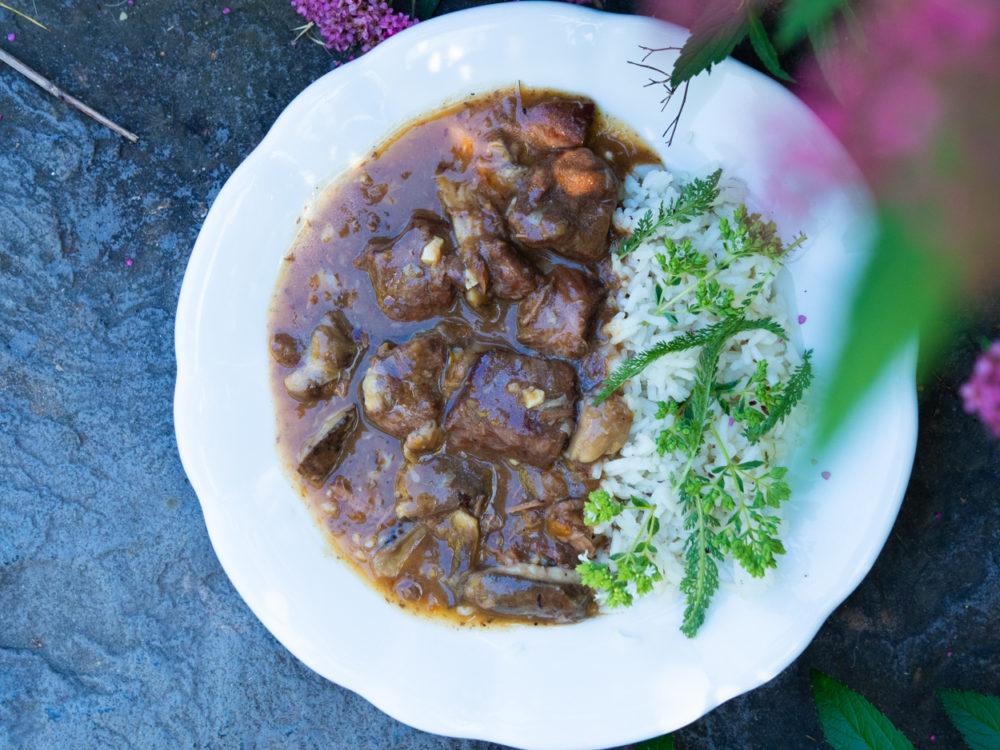 Kančí ragú s houbami a kmínovou rýží