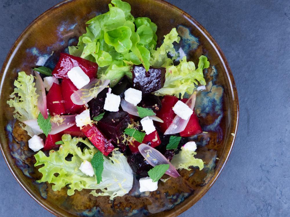 Podzimní salát s marinovanou řepou, šalotkou a fetou
