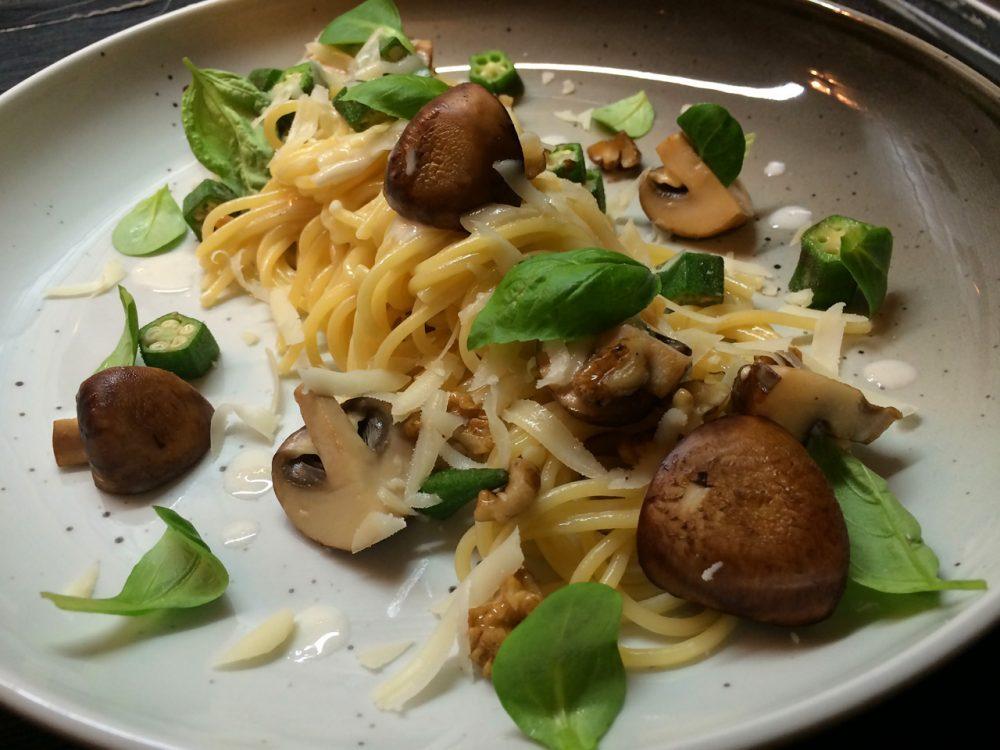 Spaghettini se smetanou, žampiony, ořechy a sýrem gruyère