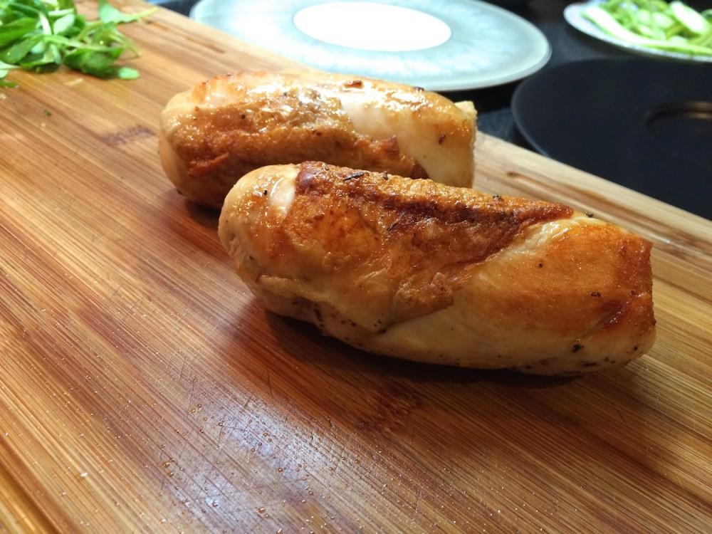 Pošírované kuřecí prso s pohankou, chřestem  a omáčkou zbílého vína