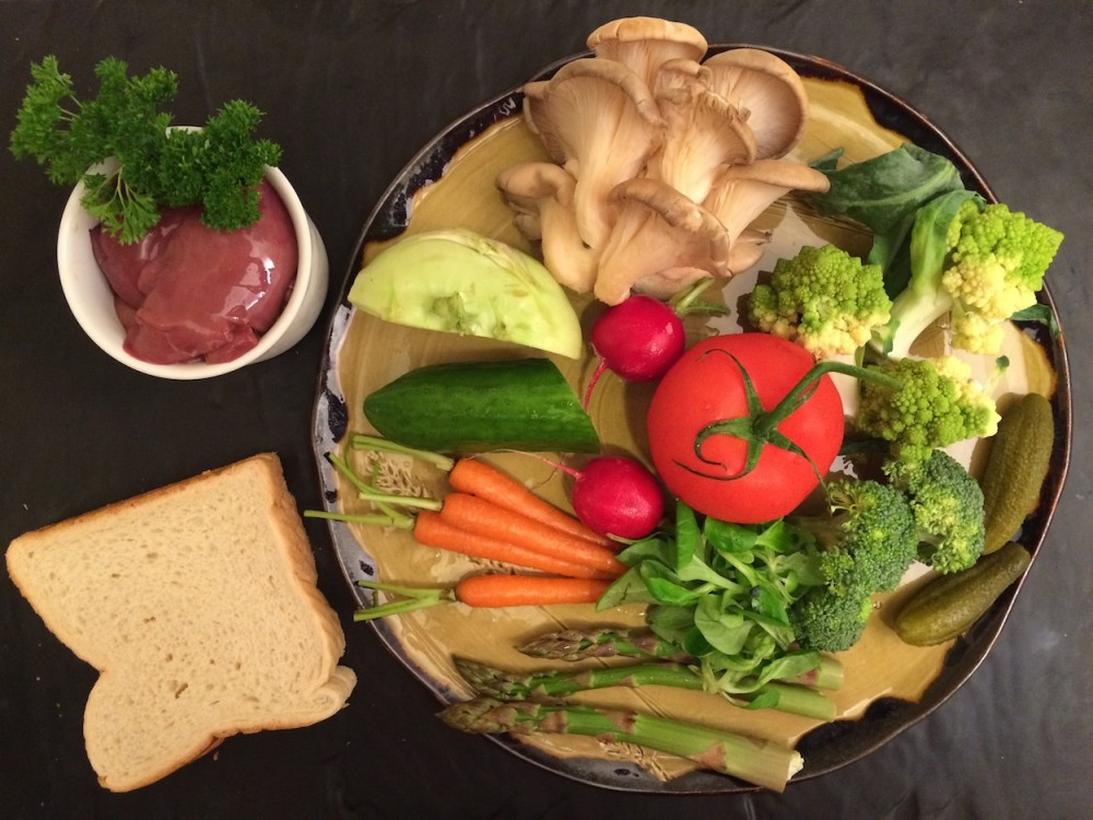 Zeleninový salát skrutony, hlívou ústřičnou a kuřecími játry