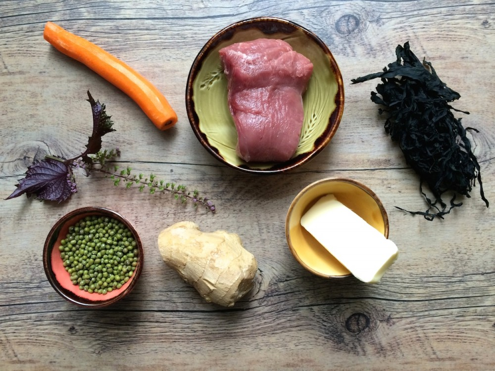 Telecí svíčková, mungo fazole, wakame, perilla a pěna zmrkve
