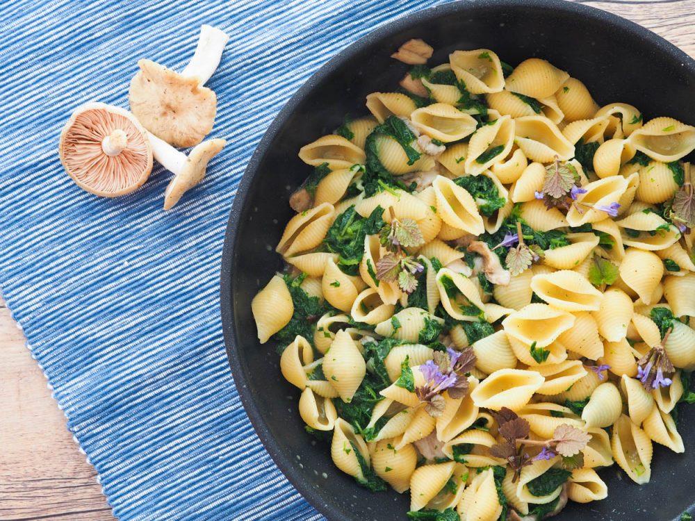 Těstoviny sjarními houbami, kopřivy a parmezán