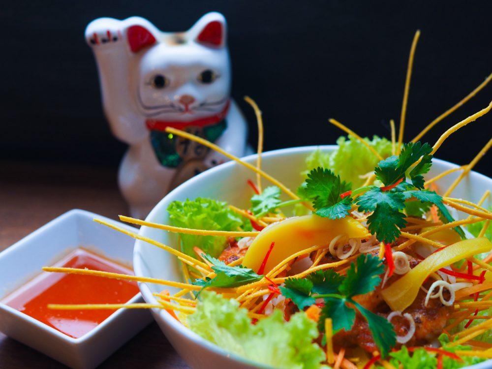 QQ Asian Kitchen: jackfruit salát s tygřími krevetami