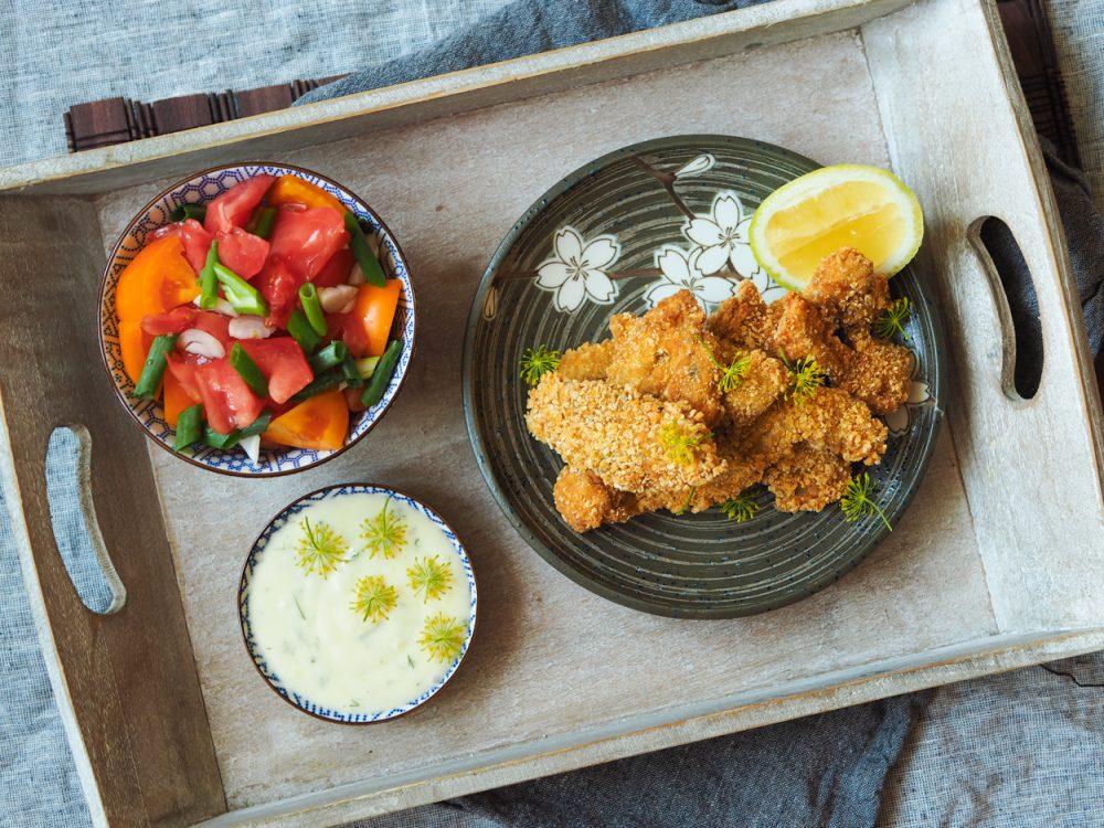 Kapří hranolky, rajčatový salát a koprová majonéza scitrónem