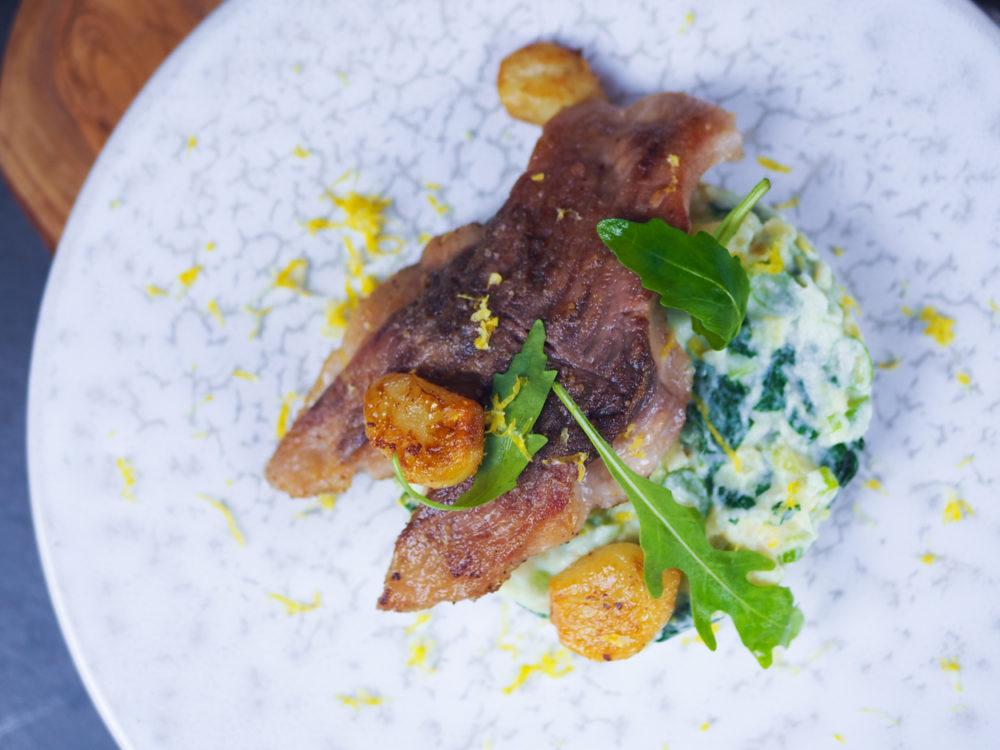 Kapr na česneku s lehkým bramborovým salátem