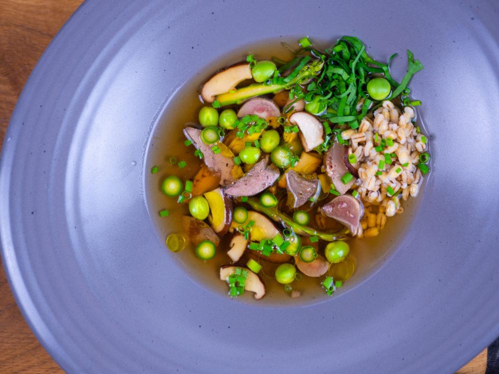 Králičí polévka s jarní zeleninou a drůbky