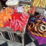 Tyhle barevný donuty slouží k tomu, aby místní ženy neměly otlačenou hlavu, když na ní něco nesou. Což je docela často a obvykle to bývá dost těžký. Vedle jsou barviva, kterými se dělají ty pověstné tečky na čele (Bindi). Ta značí, že je žena vdaná. U chlapů se to moc nedělá :)