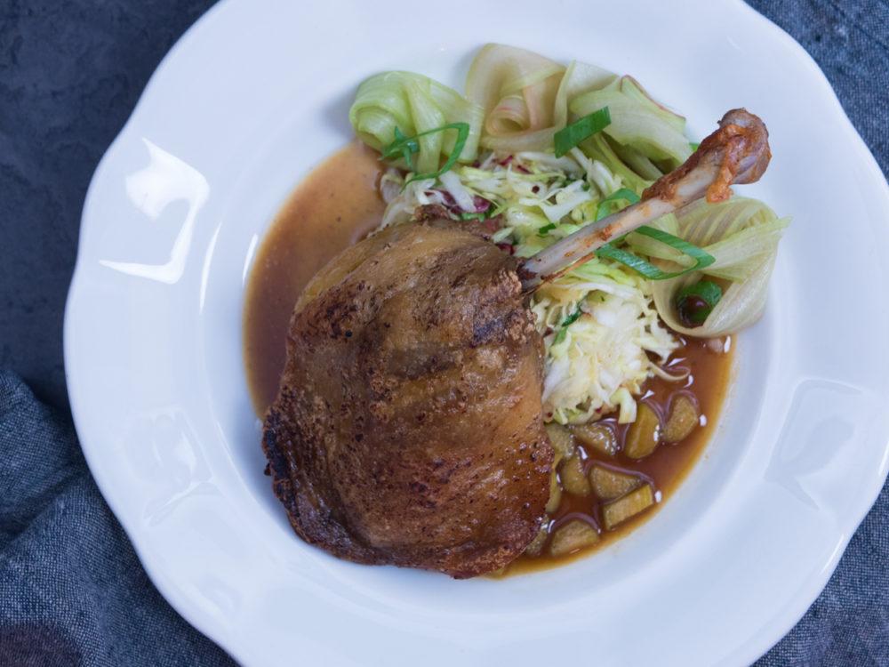 Konfitovaná kachna, mladé zelí s křenem a jablky, karlovarský knedlík