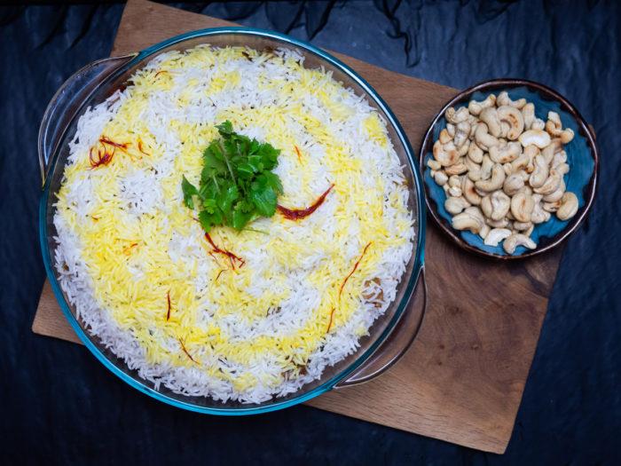 Biryani se zeleninou, kuřetem a krevetami